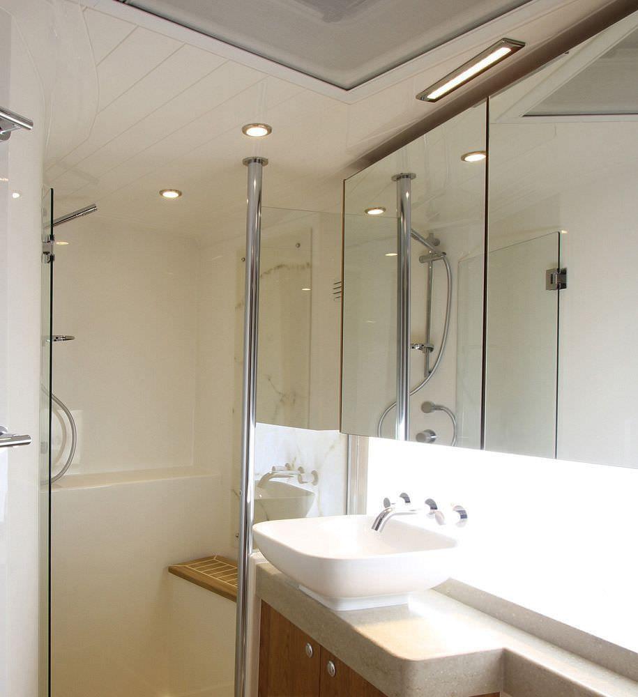 un bagno illuminato con faretti led a luce calda