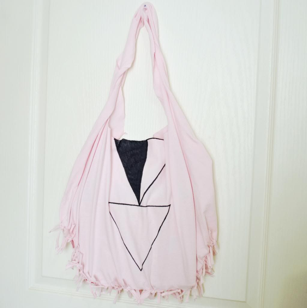 the DIY: NO-SEW T-SHIRT TOTE #nosewshirts the DIY: NO-SEW T-SHIRT TOTE #nosewshirts