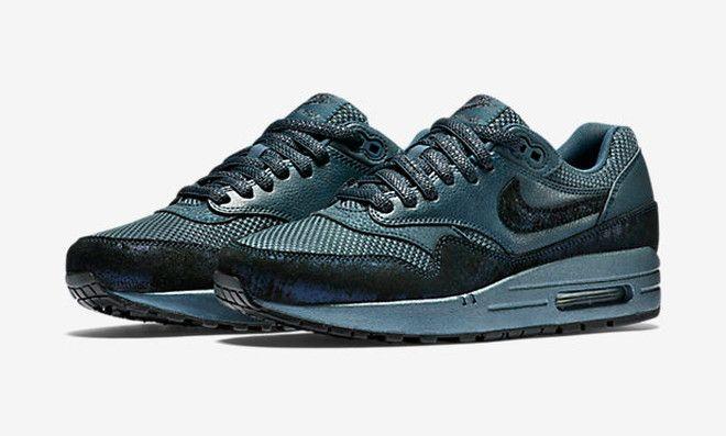La déclinaison à l'infini des classiques de Nike se poursuit, les femmes  risquent de craquer pour cette Air Max 1 Premium Squadron Blue. Qui dit  premium.