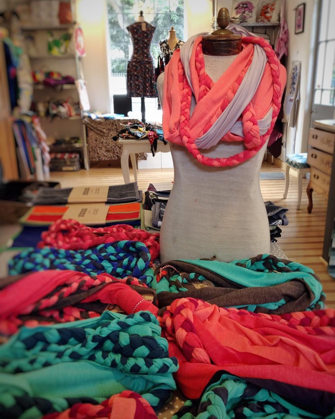Nuevos pañuelos trenzados! Estamos hoy en la tienda hasta las 14 hrs ven a verlos!  #accesorios #pañuelo #primavera