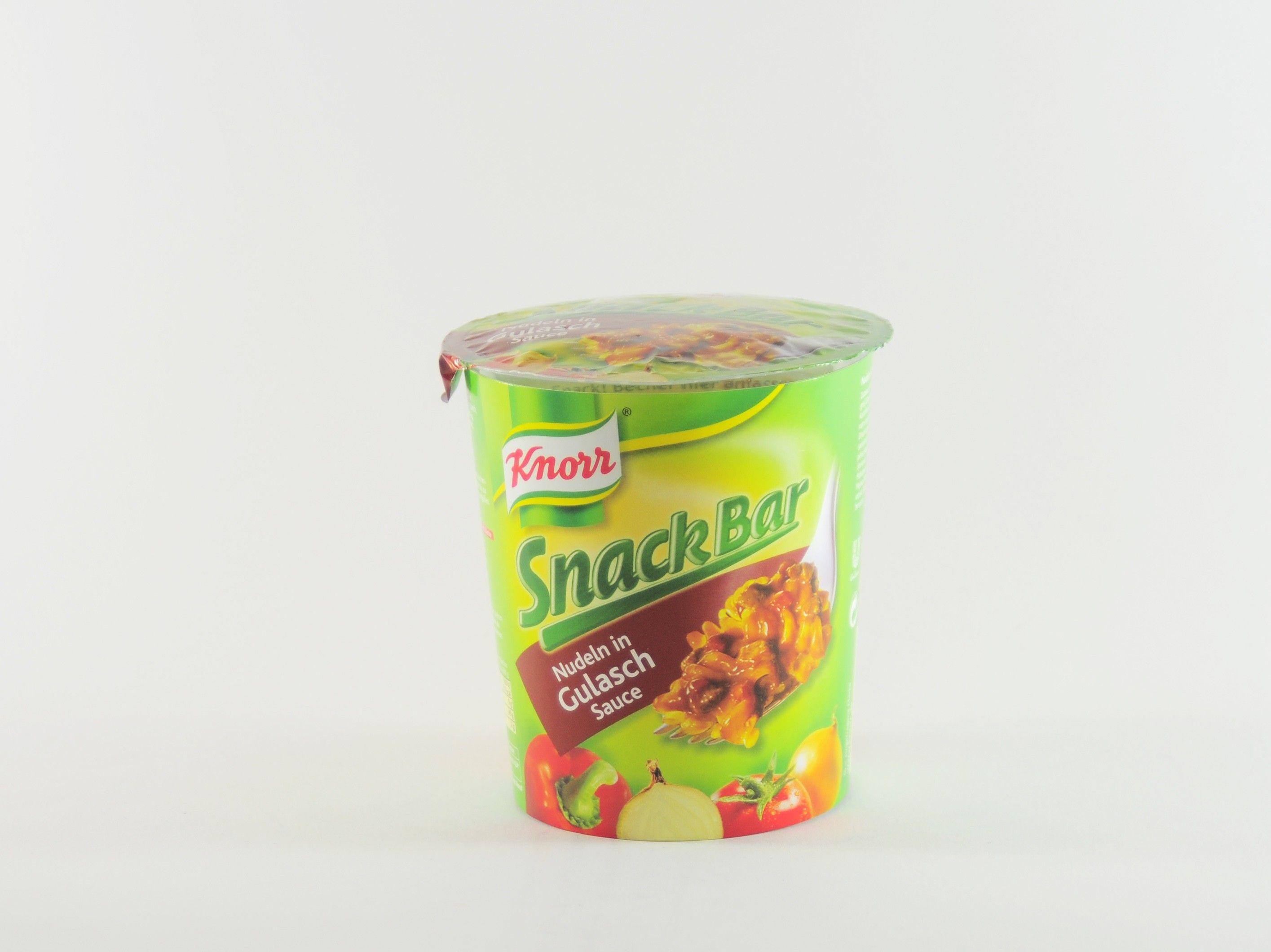 """Die Firma Knorr kennt Abhilfe und stellt mit der Reihe """"Snack Bar"""" eine Serie von Nudeln in verschiedenen Geschmacksrichtungen vor, die vor dem Verzehr einzig mit heißem Wasser aufgegossen werden müssen - Das geht notfalls auch mit einem Wasserkocher in der Bibliothek. """"Snack Bar Nudeln in Gulasch Sauce"""" liefert Nudeln mit einer klassischen Gulasch-Sauce. #food #knorr #pasta #snackbar #snack #gulasch #essen #kjero #testbericht"""