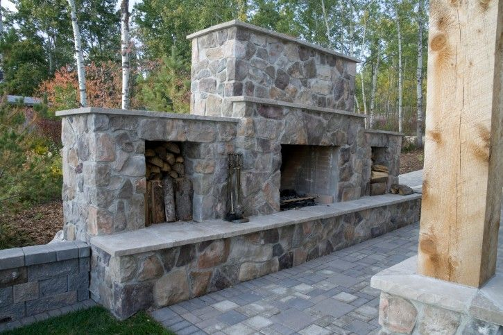 Große benutzerdefinierte gemauerten Kamin am Rand des Hinterhof