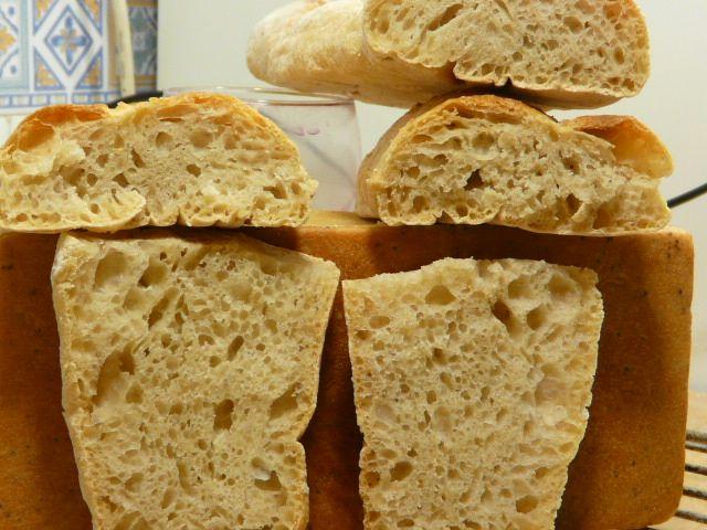 Éste es el pan más fácil que se puede hacer. Rápido, limpio, sin complicaciones. Hecho con harina corriente de súper, levadura seca, sal y agua de mi jarrillo. Dos horas de reposo y veinticinco min…