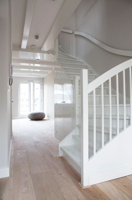 Trap wit met vloer hout trappen hal pinterest floors hallways and white wood - Hout deco trap ...