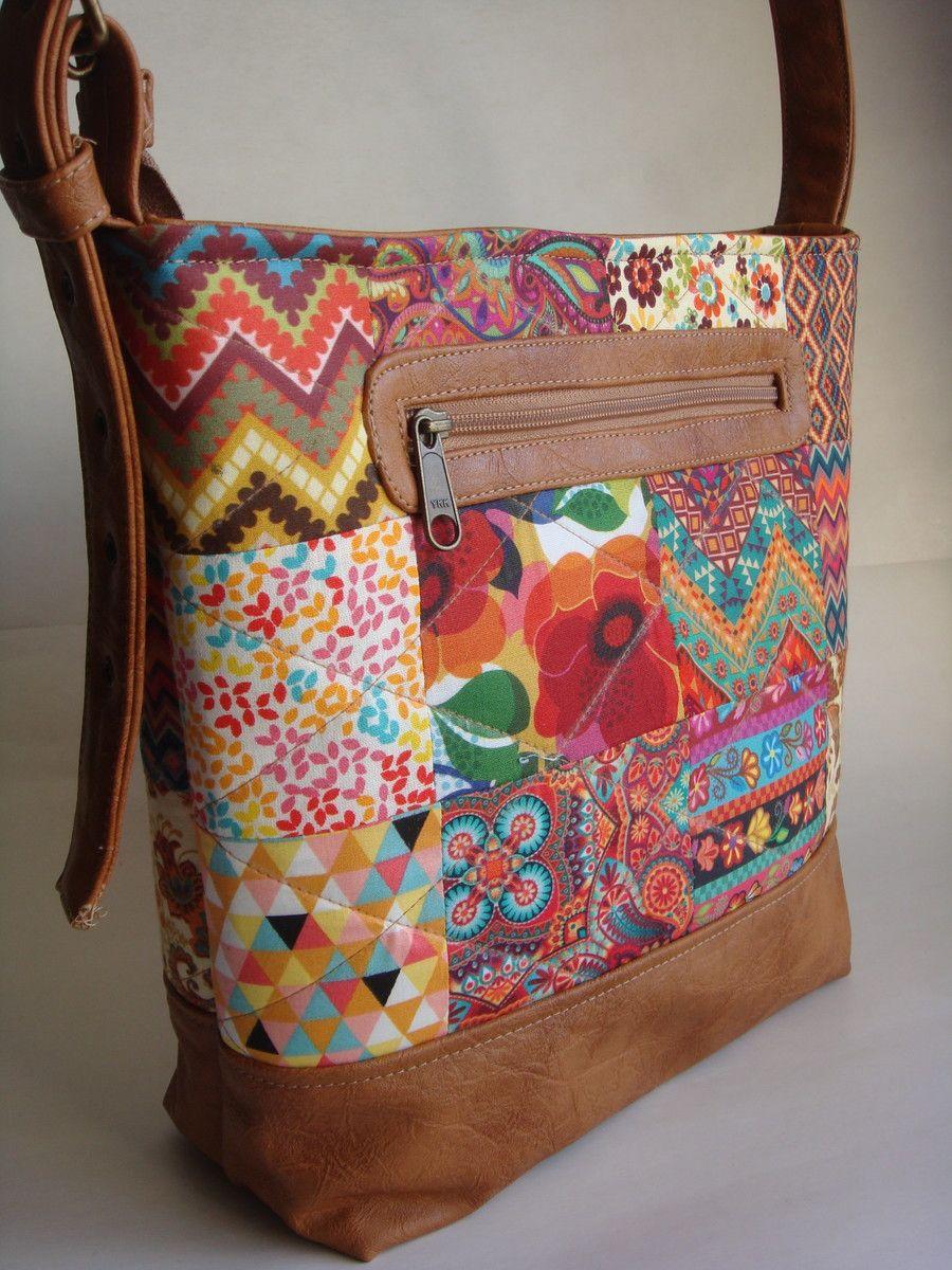 380f31e17 Bolsa feita de tecido de algodão quitada e couro ecológico. Alça de ombro  regulável.