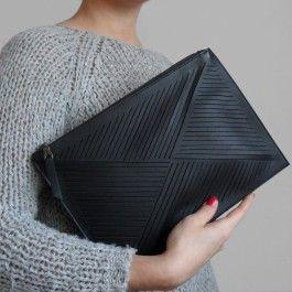 Die Cut out Clutch ist das absolute Must-Have dieser Saison. Die schlichte Form lässt sich zu jedem Outfit kombinieren, ob als Abendtasche unter den Arm geklemmt oder als kleine Alltagstasche mit praktischem Umhängegurt. Jede einzelne Linie wird von Hand ausgeschnitten.Grösse: H: 22 cm - W : 31 cm - D : 0 cmMaterial: Nappa-Leder, Futter: Bio-Baumwolle