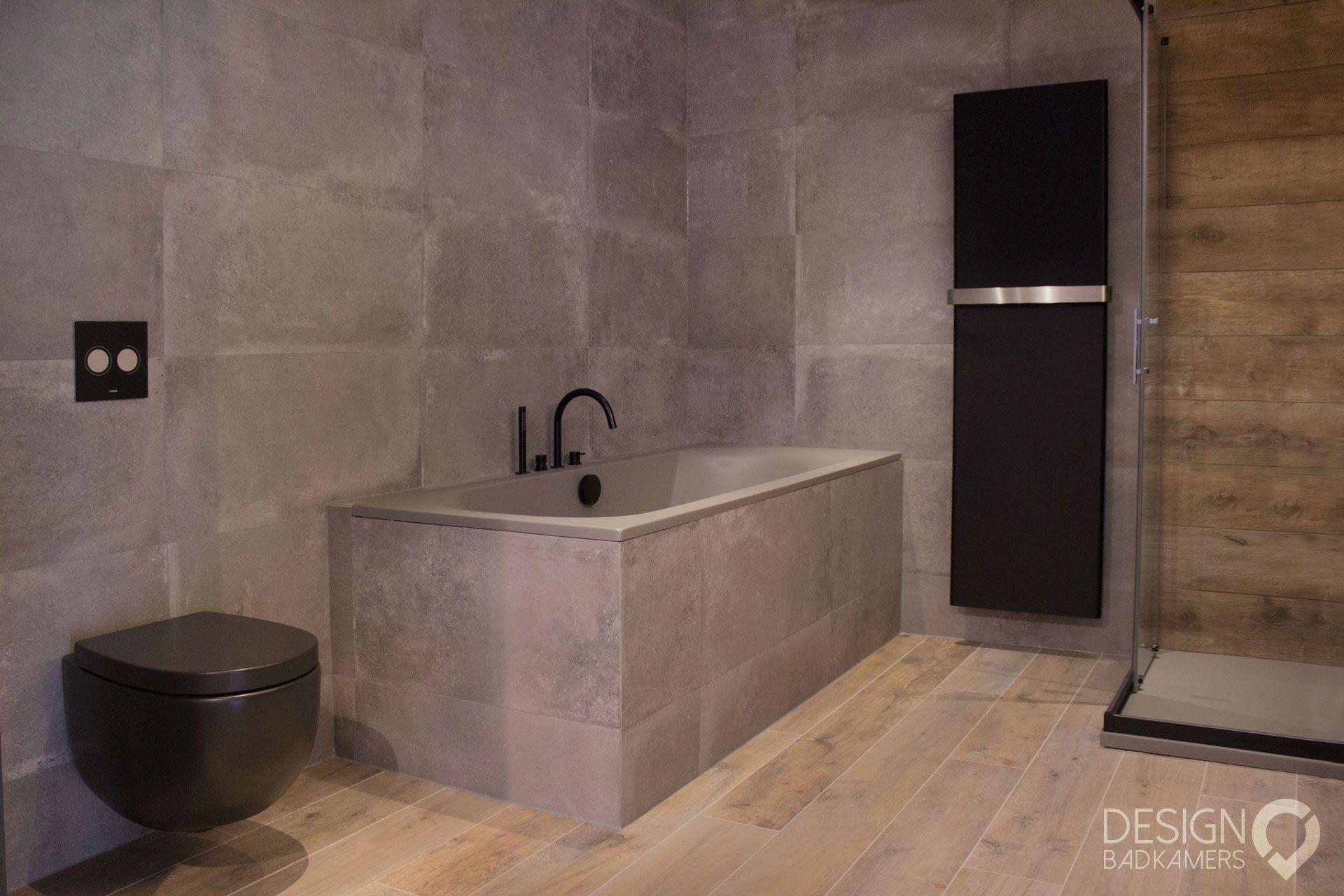 Grote Zwarte Tegels : Moderne maatwerk badkamer met kerlite tegels met houtlook op de
