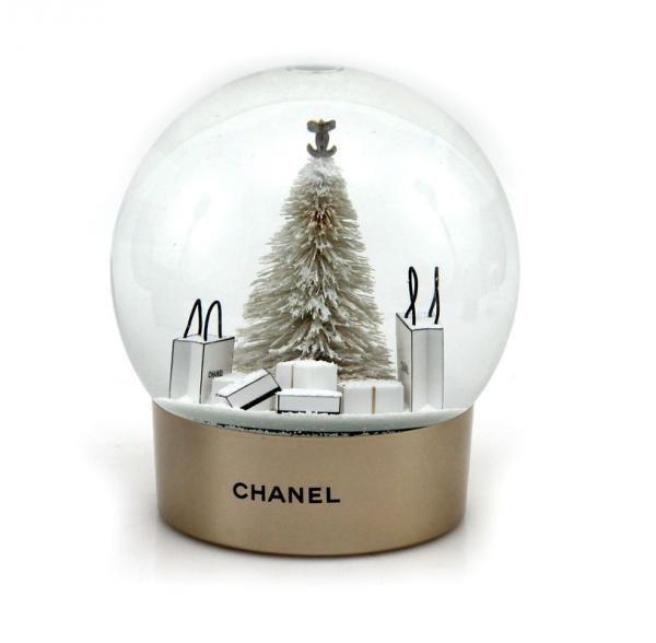 chanel ravissante boule neige en verre repr sentant un. Black Bedroom Furniture Sets. Home Design Ideas