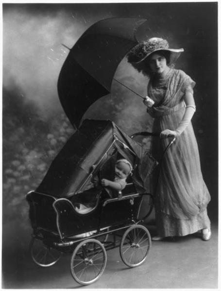 På promenad i regnet 1913