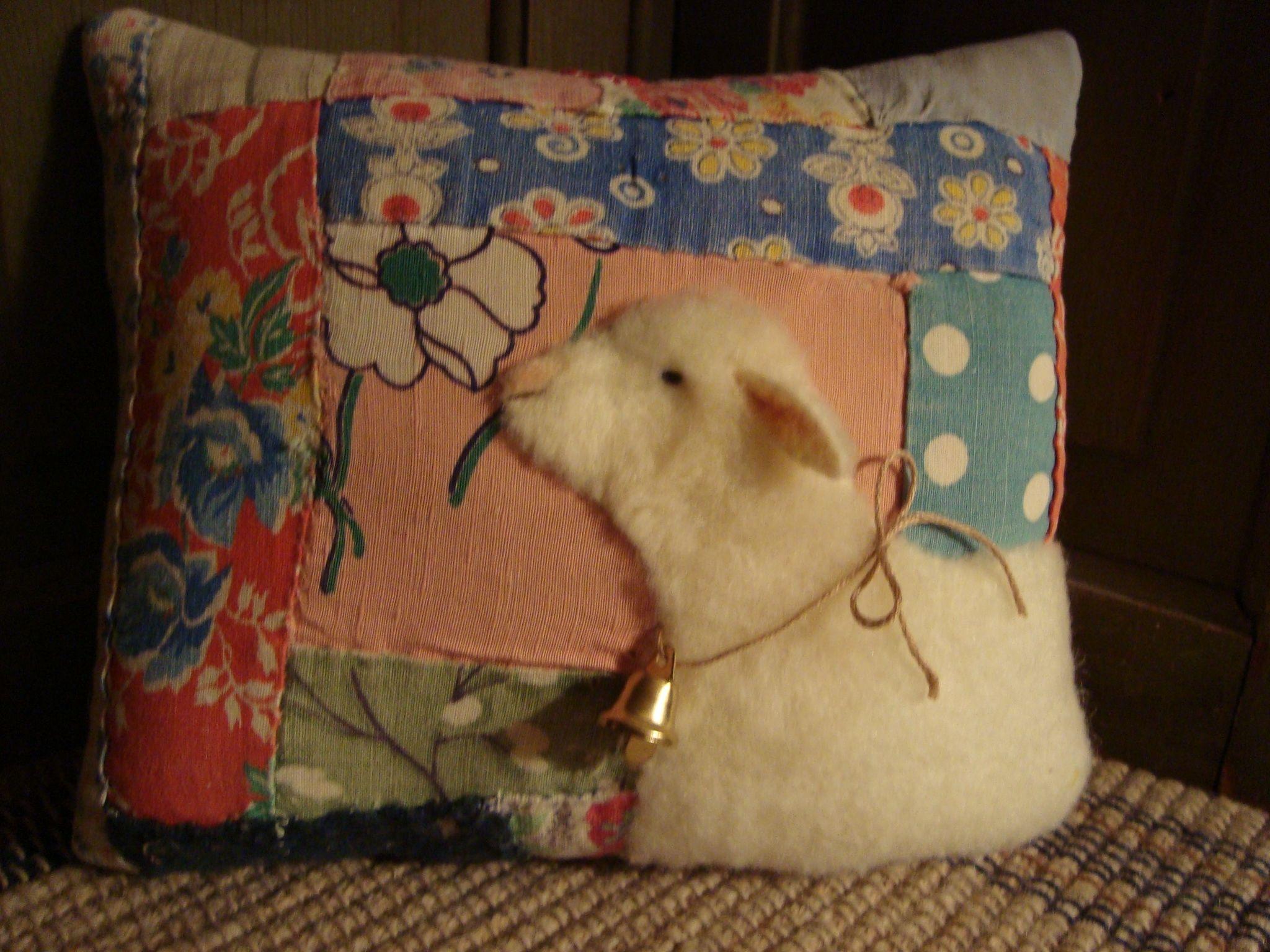 Animal Pillow Pinterest : Sheep On Feedsack Quilt Pillow Antique Quilt Animal Pillows Pinterest Quilted pillow and Sheep