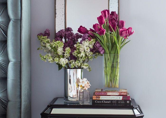 flores y libros en la mesita libros y flores para decorar decoracin