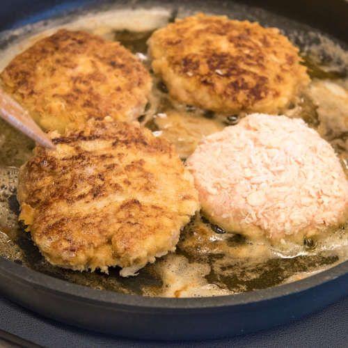 Jauhelihan ei aina tarvitse olla sikaa tai nautaa, vaan vaihtoehtona on myös kevyttä broilerin jauhelihaa. Tällä reseptillä valmistat jauhelihapihvit helposti, tietysti kanasta. Wallenbergin pihvistä ...