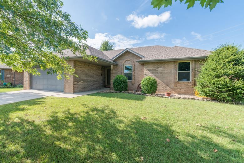 New On The Market This Home Is Convenient To Schools And Shopping 701 South Cedarwood Court Nixa Mo 65714 House Prices Real Estate Real Estate Services