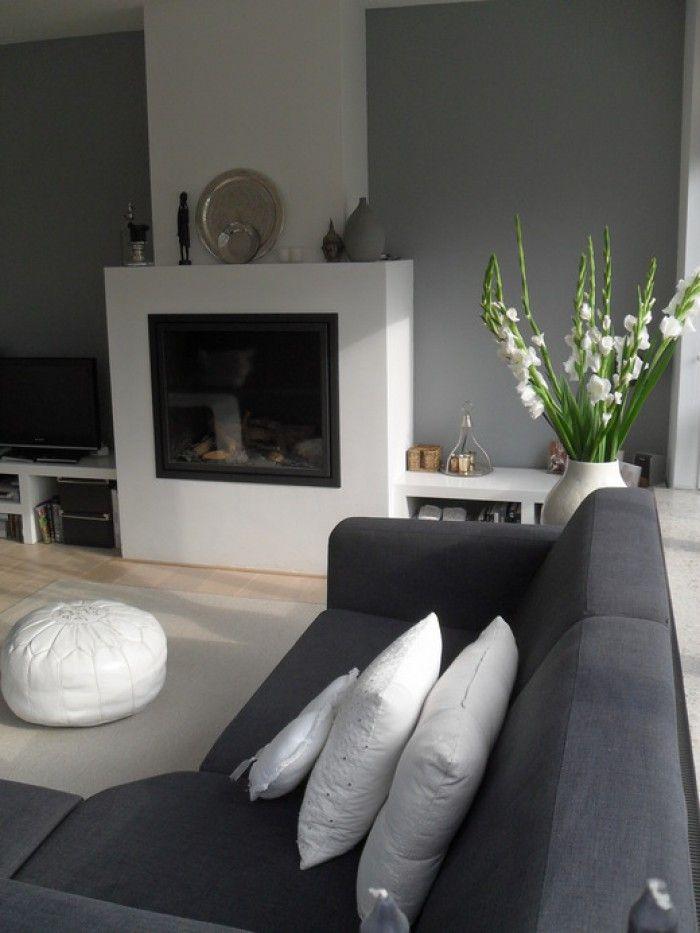 woonkamer grijze muur met wit en zwart en licht bruine vloer, Deco ideeën
