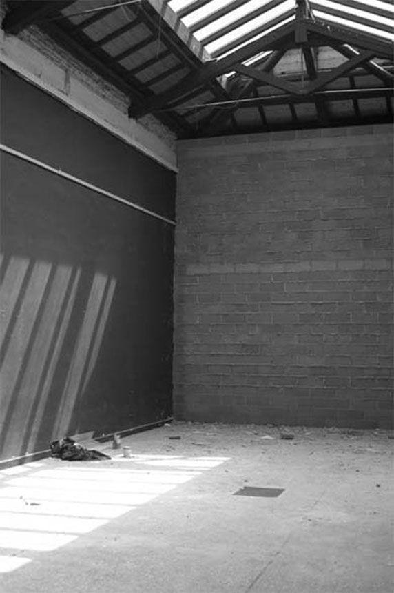 Santiago Sierra /// Muro cerrando un espacio (2003) Bienal Venecia