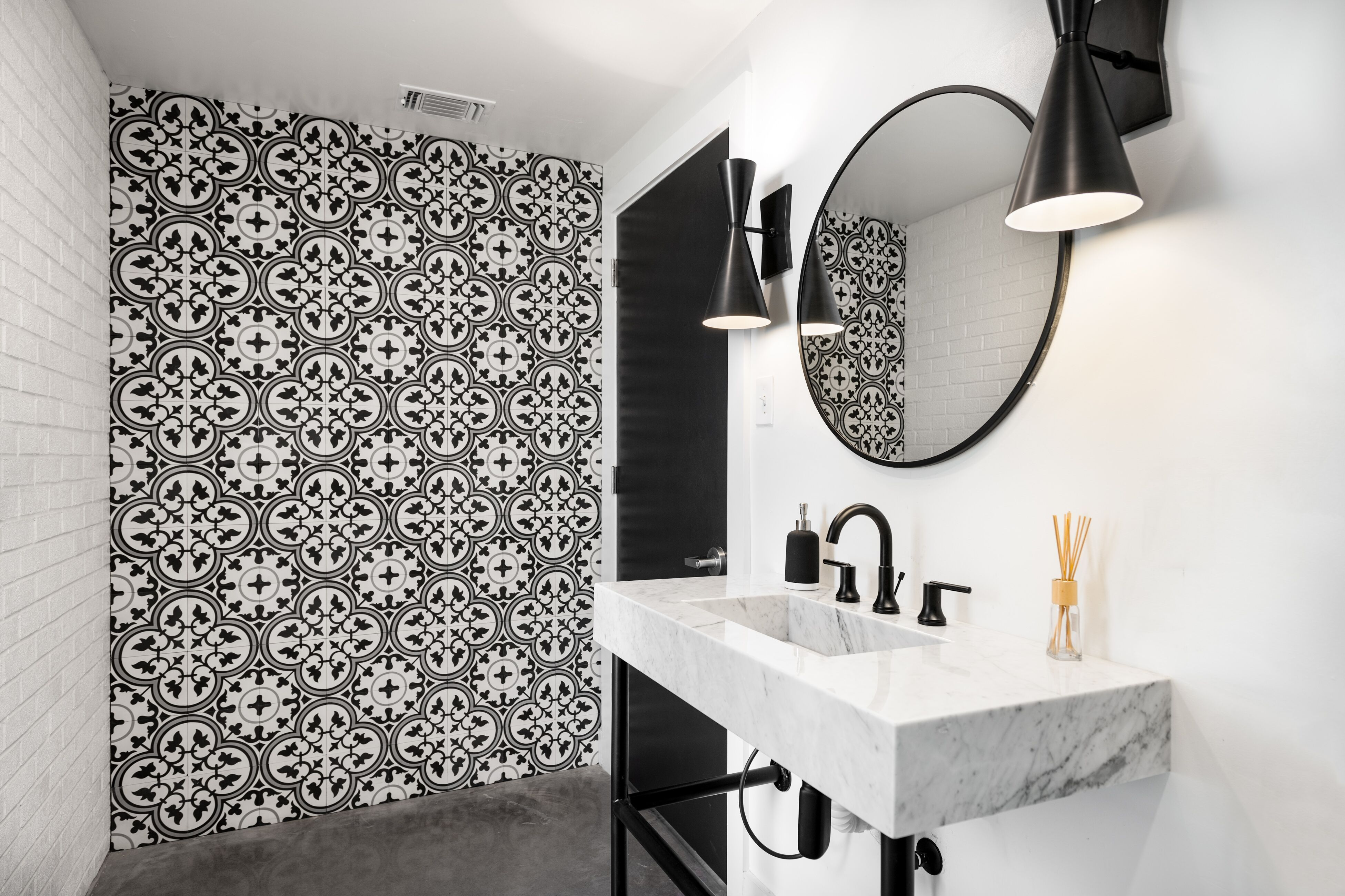 Houston Showroom (With images) | Bathroom accent wall ...