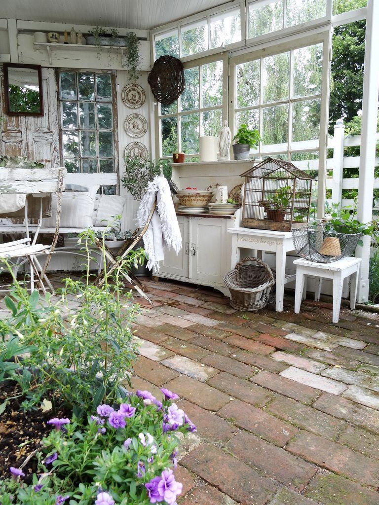 Photo of eine selbstgebaute Gartenlaube. Eingerichtet im Shabbychic.