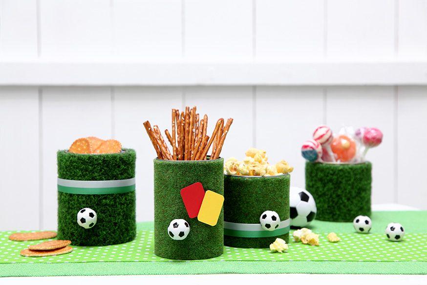 Tischdekoration f r die fu ballparty umsetzung und foto thordis r ggeberg dekoration zum - Fussball deko kinderzimmer ...