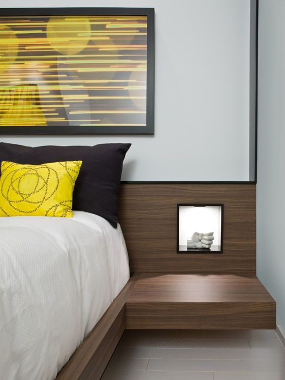 La niche créée dans la tête de lit permet de disposer une