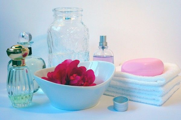 Duftendes Rosenwasser selber machen mit eat-the-world ✓ Tipps ✓ Kosmetik ✓ Gesundheit ✓ Rezepte verfeinern ▻ Hier mehr erfahren und ausprobieren!