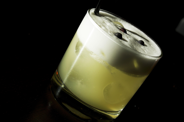 JUNIPER FIZZ  Plymouth Gin, Yellow Chartreuse, lemon juice, juniper syrup, soda water. Restaurang Cg