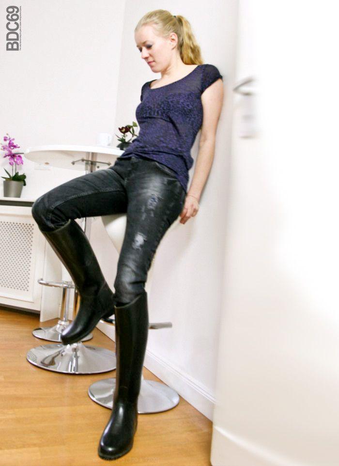 en f vrier 2010 tiina m 39 avait envoy quelques photos d 39 une de sa copine christine en bottes de. Black Bedroom Furniture Sets. Home Design Ideas