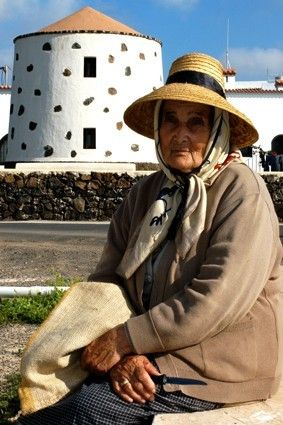 Lanzarote, ... la isla de los volcanes: * Campesina canaria,... sombra y esmeralda