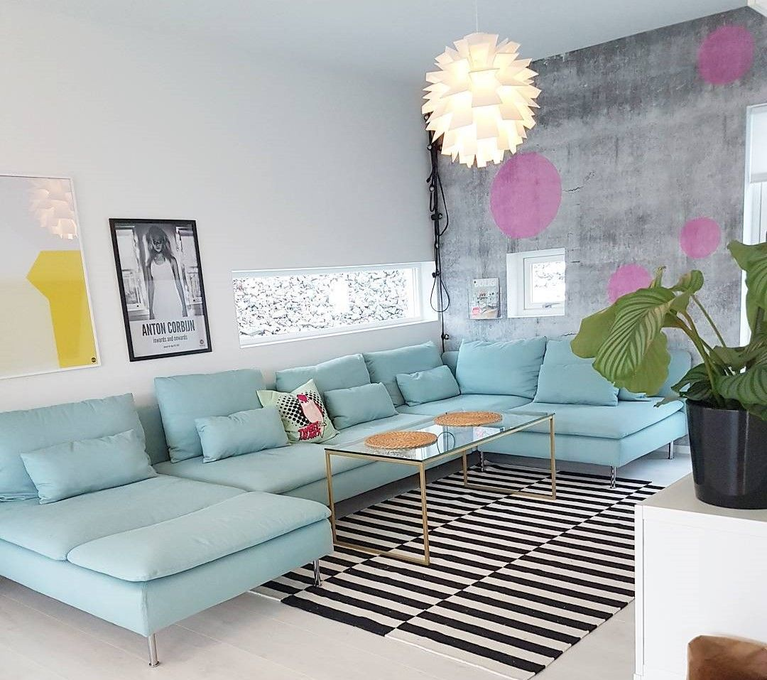 Desain Interior Ruang Tamu Dengan Warna Cat Yang Bagus Dan Sofa Modern Disertai Lampu