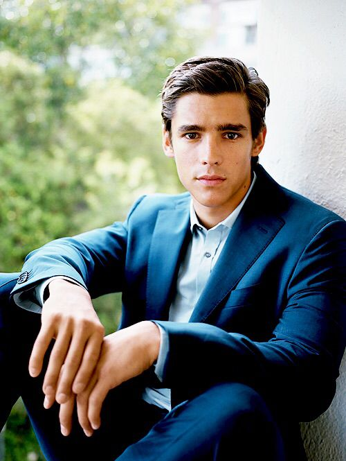 Indiana Evans and Brenton Thwaites ( in Blue Lagoon - The