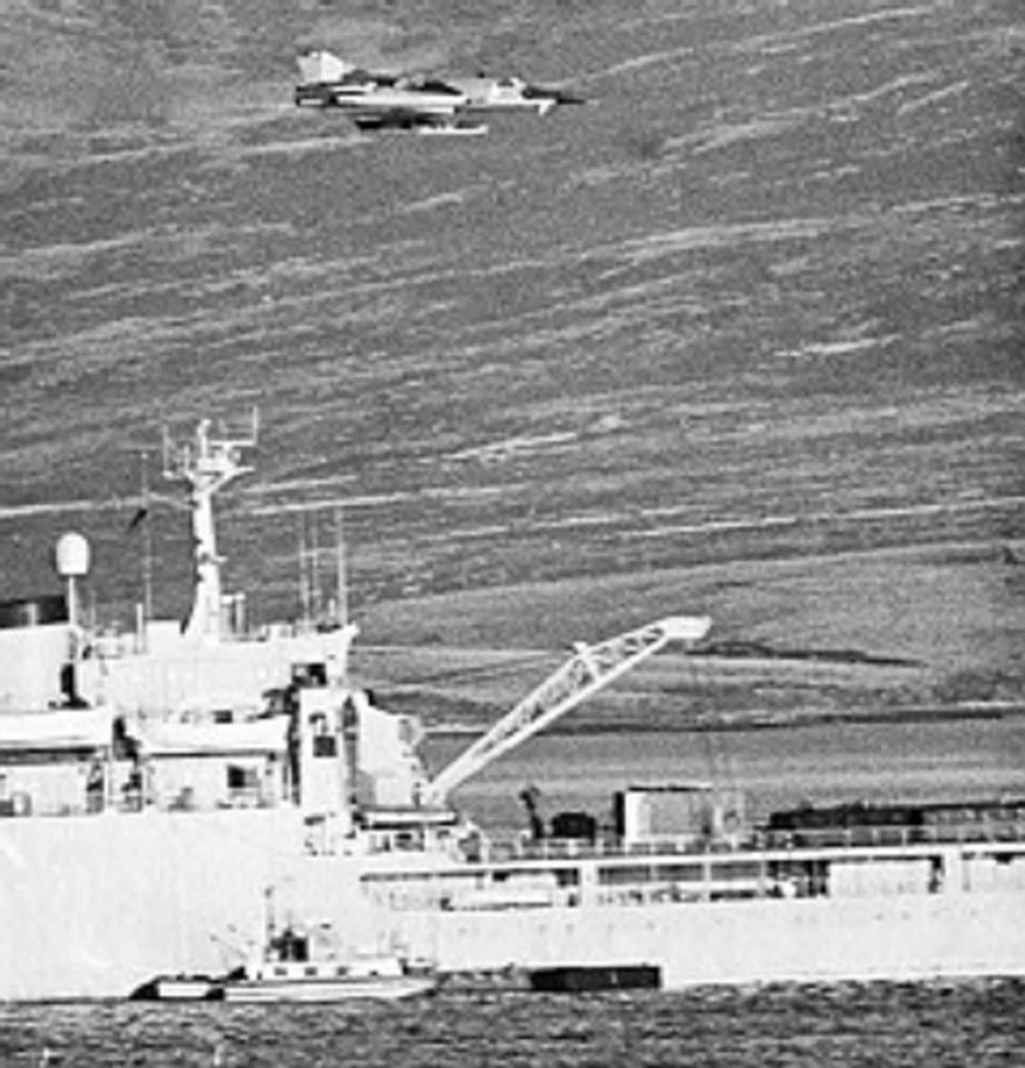 Caza Mirage Dagger, Fuerza Aérea Argentina en misión de ataque a la flota británica volando rasante sobre un buque pirata