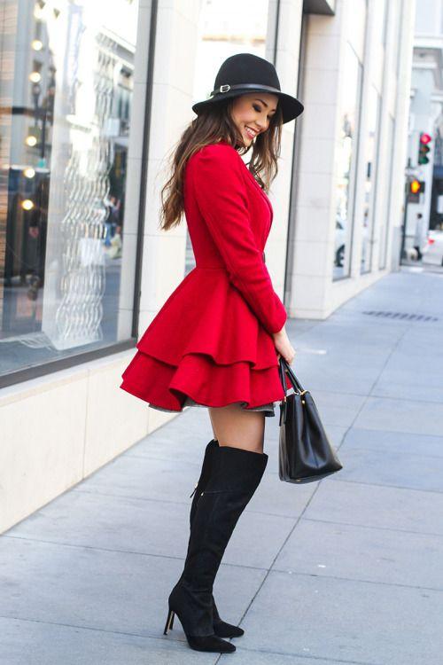 Abrigo rojo con botas negras