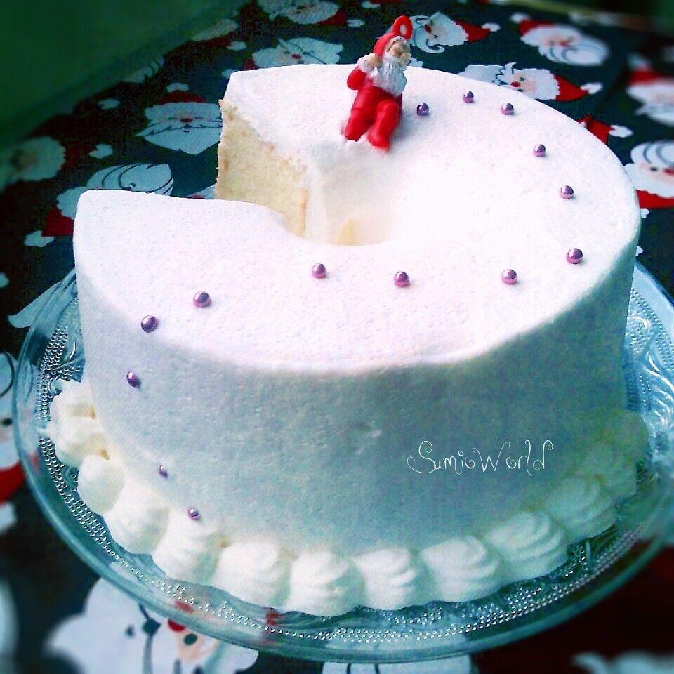 ホワイトクリスマスです。  我が家のクリスマスディナーは 旦那の仕事の都合で 昨日にしたんですが、  キャンセルになったとのことで  本日ケーキを食べまーす(・∀・)  昨日は豪華=ハイカロリー(爆)  だったので自粛してたのー。  我が家では毎年 25日の夜にプレゼントを開けるのです。  反応が楽しみ♡   ケーキは少しでもカロリーを抑えるべく エンゼルフードケーキ(ΦωΦ)イヤッホウ♪ まぁ、単に冷凍庫掃除したら…  冷凍卵白いっぱいあったの~  っていうね。 見てない振りしてただけなんだけど。   これは卵黄の入らないシフォンみたいなものですね。  食べたことない方~!!(。・∀・。)ノ手ぇ上げて~! 騙されたと思って食べてみてー。  「なんだこりゃああああ( °д°))))))」  って名俳優の名台詞が出るから。 知らない世代は知らなくてよしっ(´-ω-`)ケッ。  もっちもちなのよ、これ。  むかーしむかし シフォンにハマってた時に  とにかくこれが好きで  卵黄を捨ててまで作った過去があります(゜-゜*;)(;*゜-゜) 申し訳ございません。二度としません。…