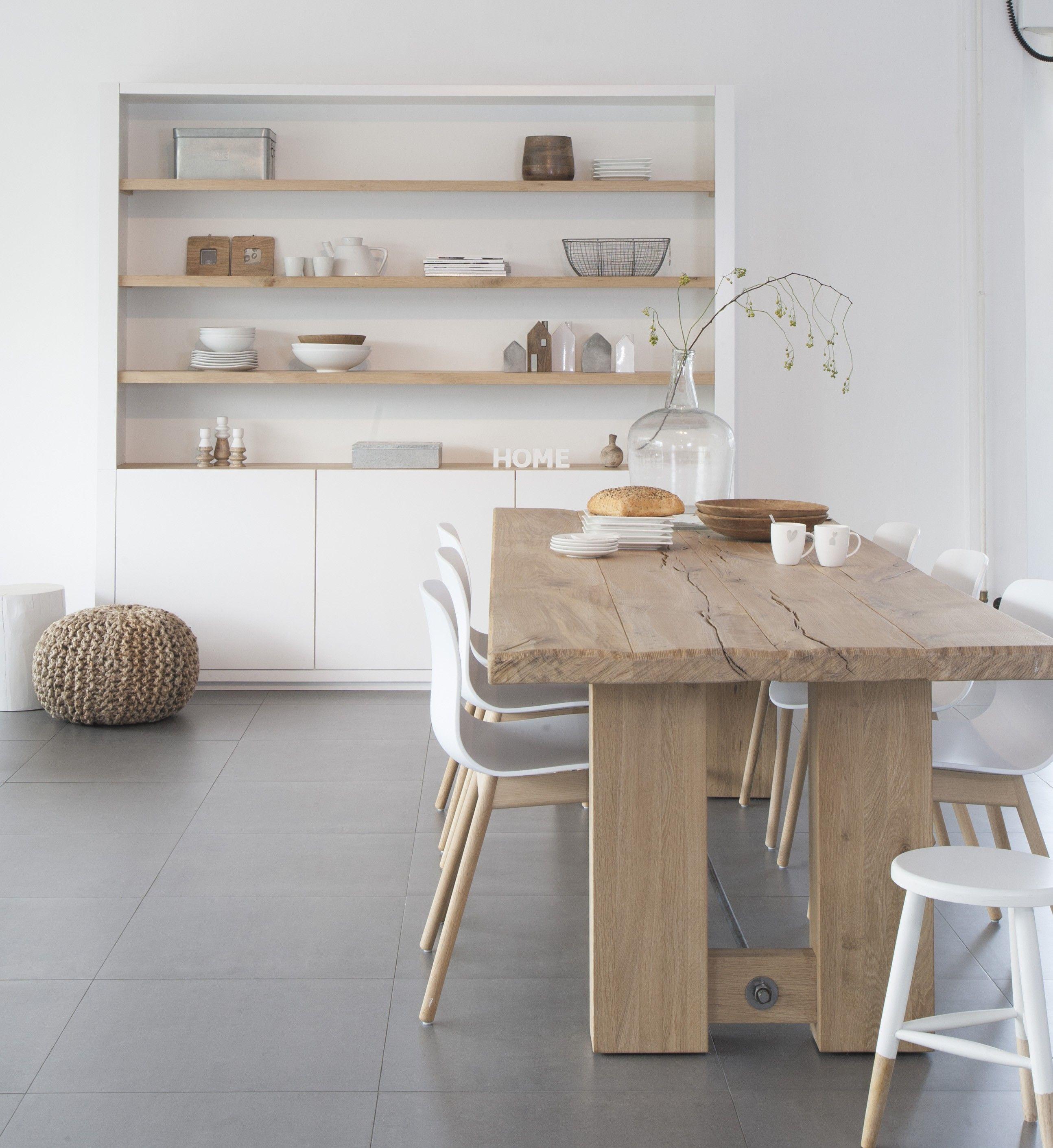 Inbouwkast in nis met houten planken en gesloten gedeelte