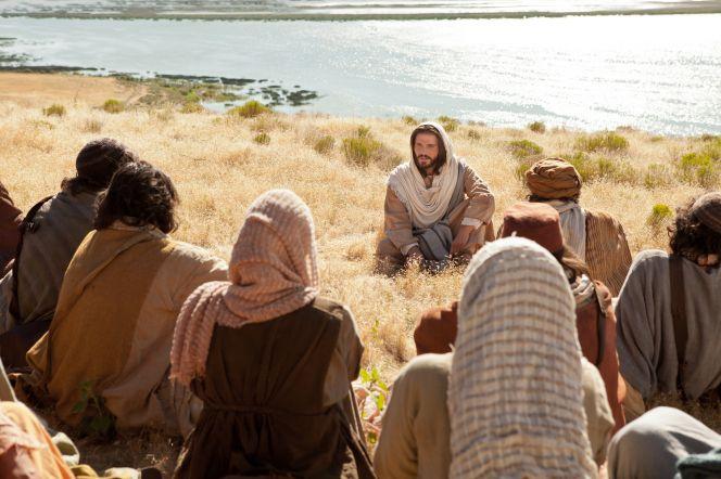 Cristo predicando el Sermón del Monte a un grupo de personas ...