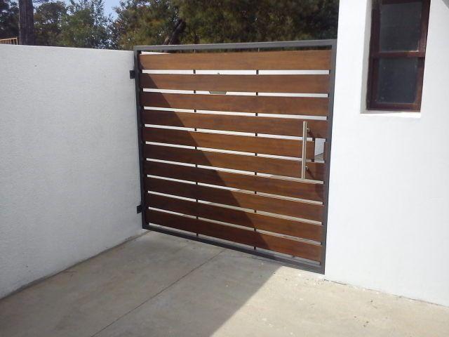 Porton y cerramientos de frente en hierro y madera for Modelos de puertas de madera para frente