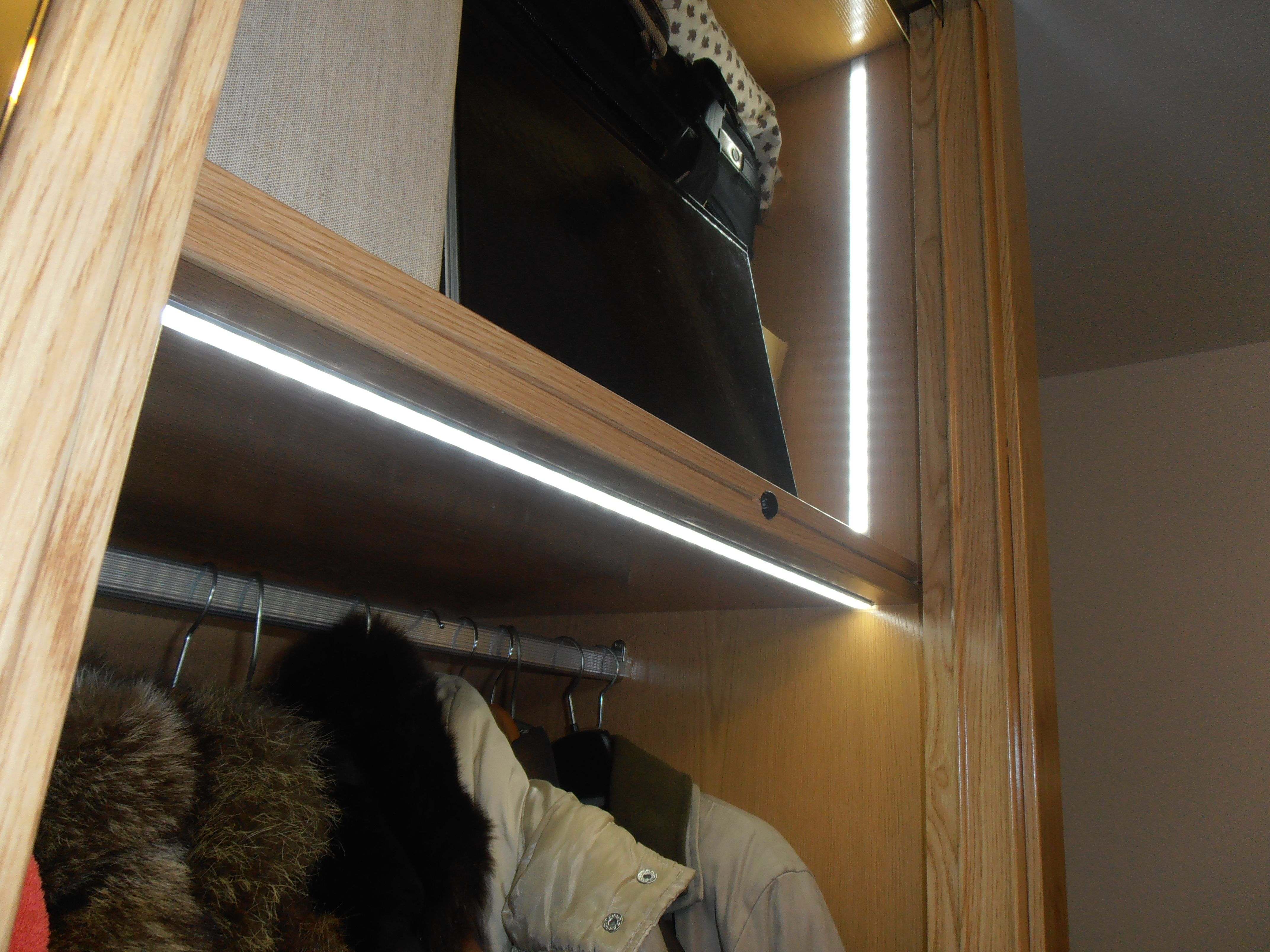 Instalaci n de iluminaci n en armario empotrado mediante - Iluminacion tiras led ...