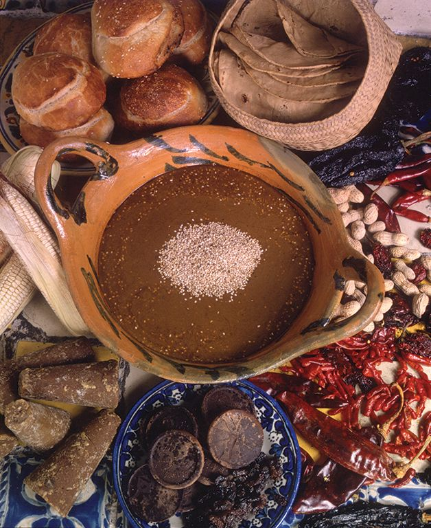 Conoce la historia atrás de los platillos más tradicionales de México http://www.mexicanisimo.com.mx/de-chile-mole-pozole/#header