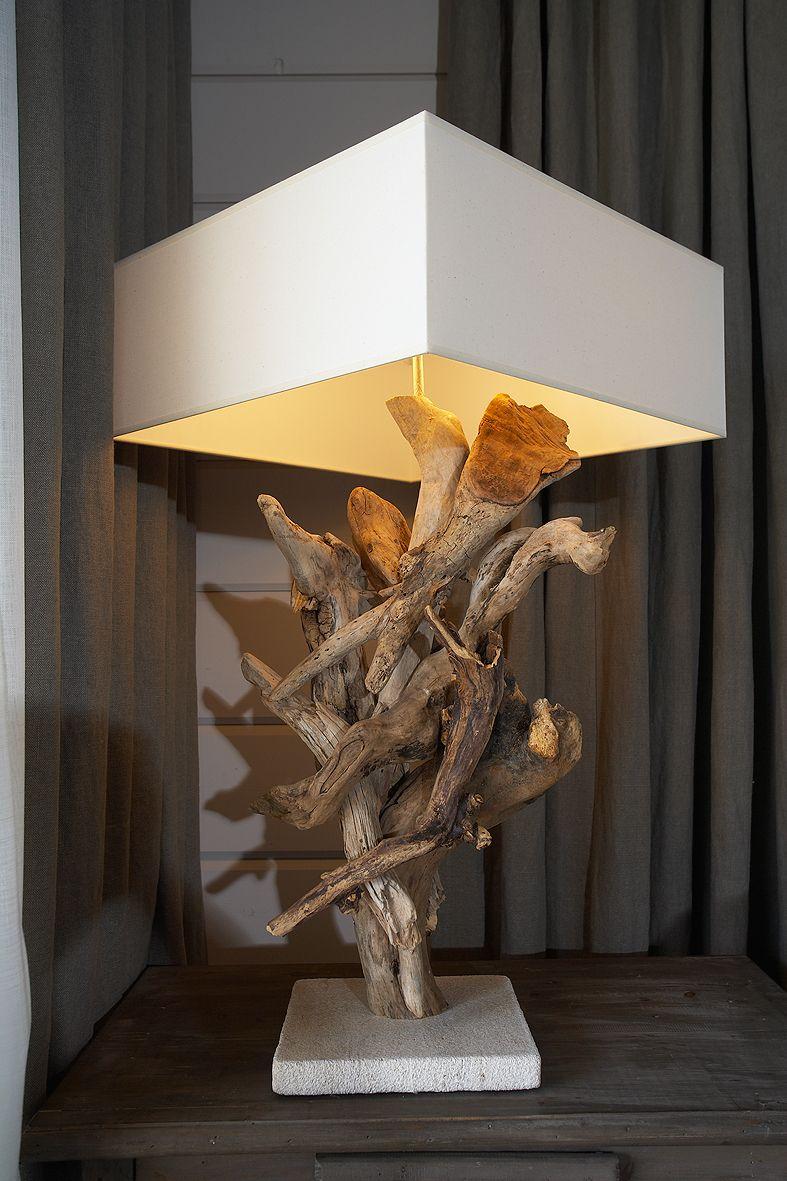 Mereltä ajelehtineet puut koristavat lampun jalkaa