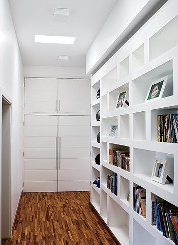 Aproveitando O Espaço Do Corredor Para Guardar Livros.