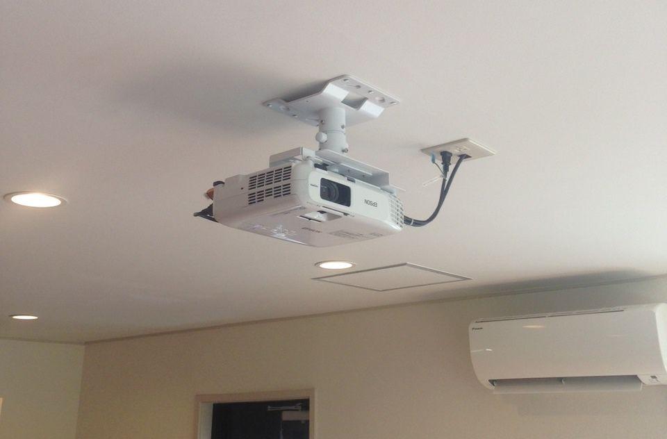 オフィスのプロジェクターは天井に設置する天吊りがおすすめ 天井