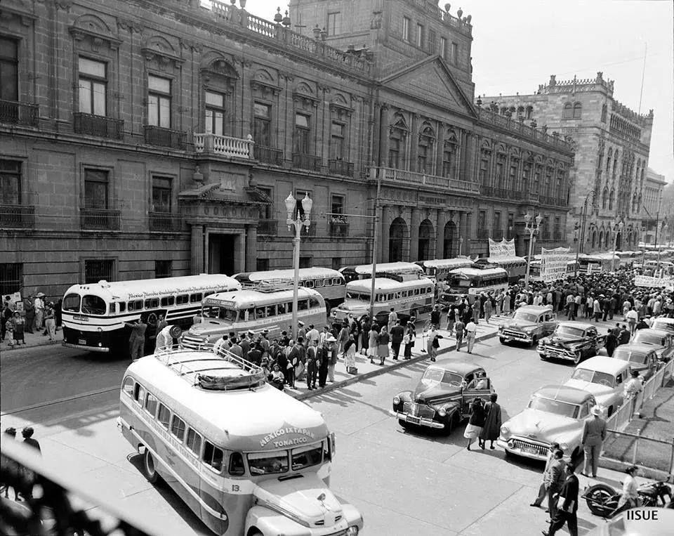 Manifestación de transportistas 1953 aprox. Tacuba.