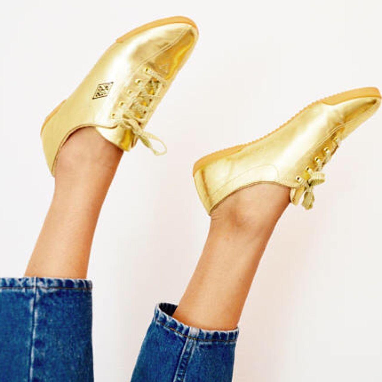 77ab05e0cf1e Such a cool pair of vintage 80s 90s L.A gear Lame gold tennis shoes. Very  comfortable. Measurements  S I Z E   7 US ( runs narrow