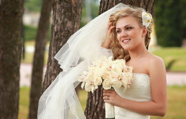Braut schöne Schminkideen Outfit Naturlook Locken | Brautkleider und ...