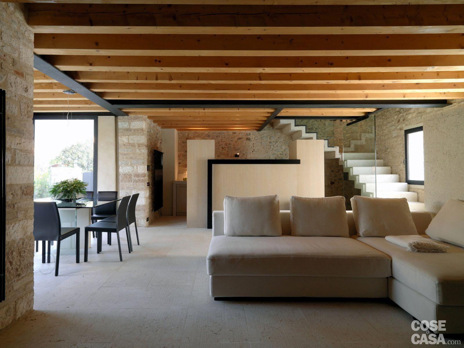 Legno e pietra a vista nella casa restaurata nel 2019 for Case fatte da architetti