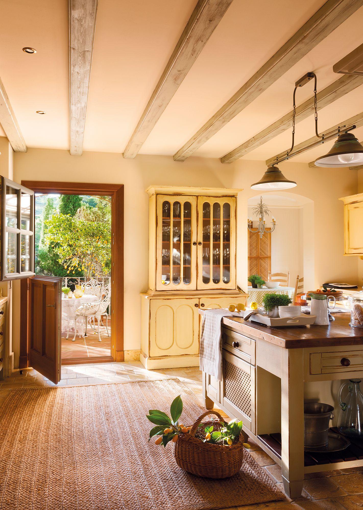 Cocina campestre con alacena amarilla y vistas al exterior 00381512b 17a9cb2ecbae