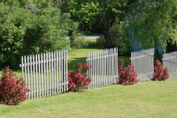 gartenzaun aus holz-vintage look-rasenfläche umrandung Garten