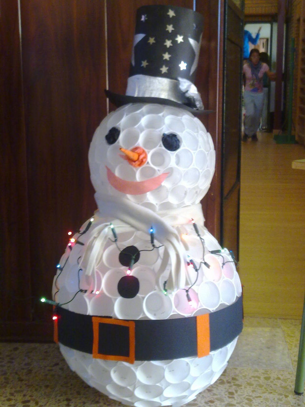 Un mu eco de nieve hecho con vasos de pl stico una buena for Adornos navidenos hechos con reciclaje