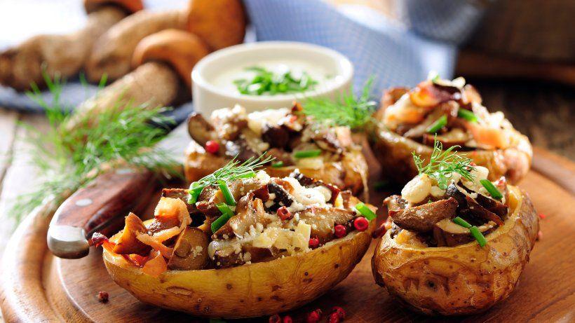 Gebackene Kartoffelhälften mit Pilzen, Karotten und Parmesan