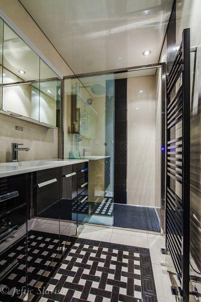 Plafond tendu laqué façon miroir dans une salle de bains au design