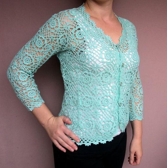 Casaco feito em crochê com linha fina de excelente qualidade. Lindo para ser usado em qualquer ocasião, é uma peça curinga, que cai bem com blusa de qualquer modelo por baixo, inclusive vestidos. R$ 269,90